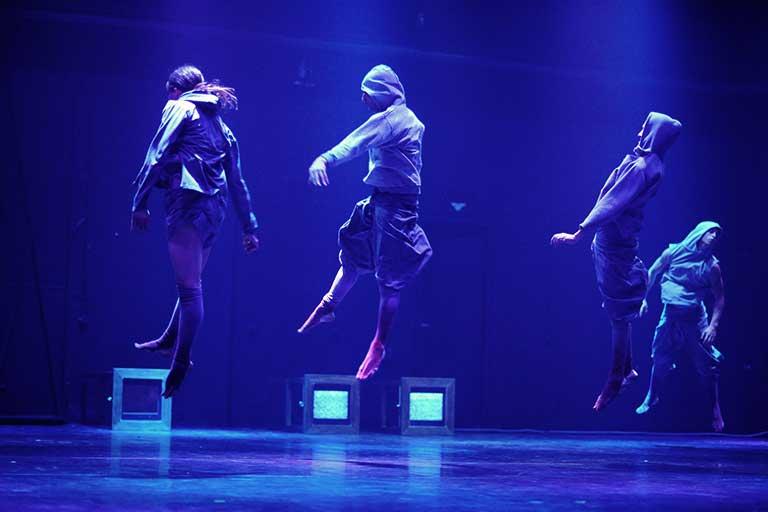 רקדני להקת ורטיגו בודקים את כוח המשיכה